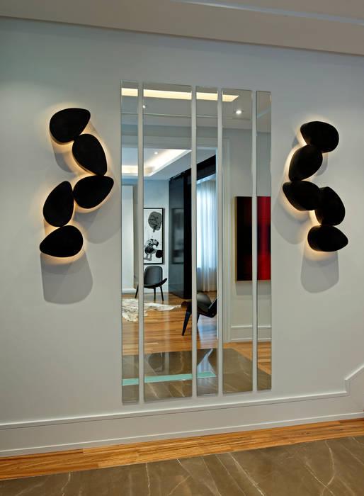Pasillos y vestíbulos de estilo  por Douglas Design Studio, Moderno