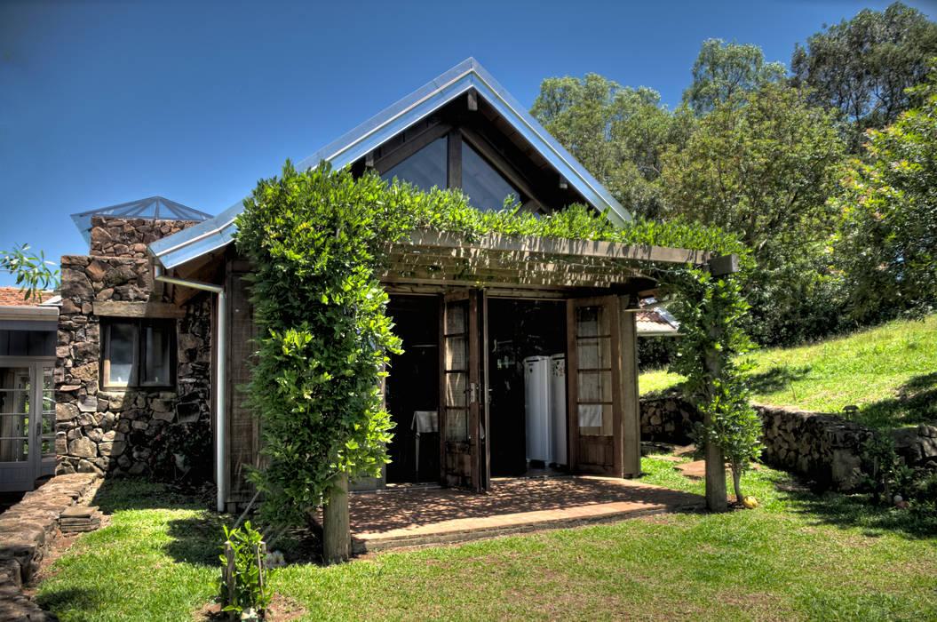 Rustykalne domy od CABRAL Arquitetos Rustykalny Lite drewno Wielokolorowy
