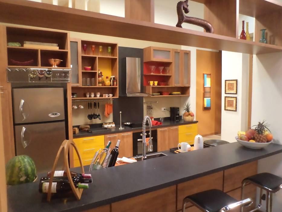 COCINA abierta a la sala: Cocinas de estilo  por ERGOARQUITECTURAS FL C.A., Mediterráneo Madera Acabado en madera