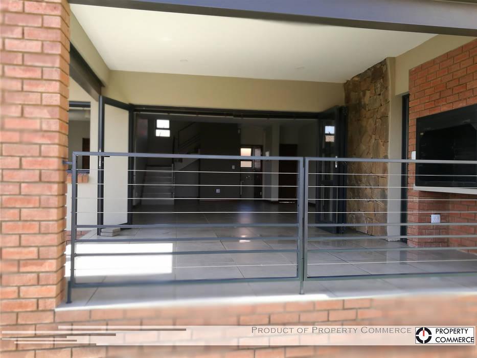 Casas de estilo  de Property Commerce Architects, Moderno
