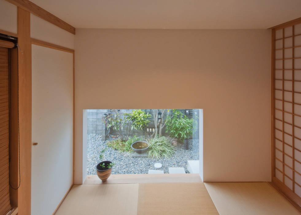 和室の地窓から見えるアプローチ脇のお庭: FrameWork設計事務所が手掛けた和室です。