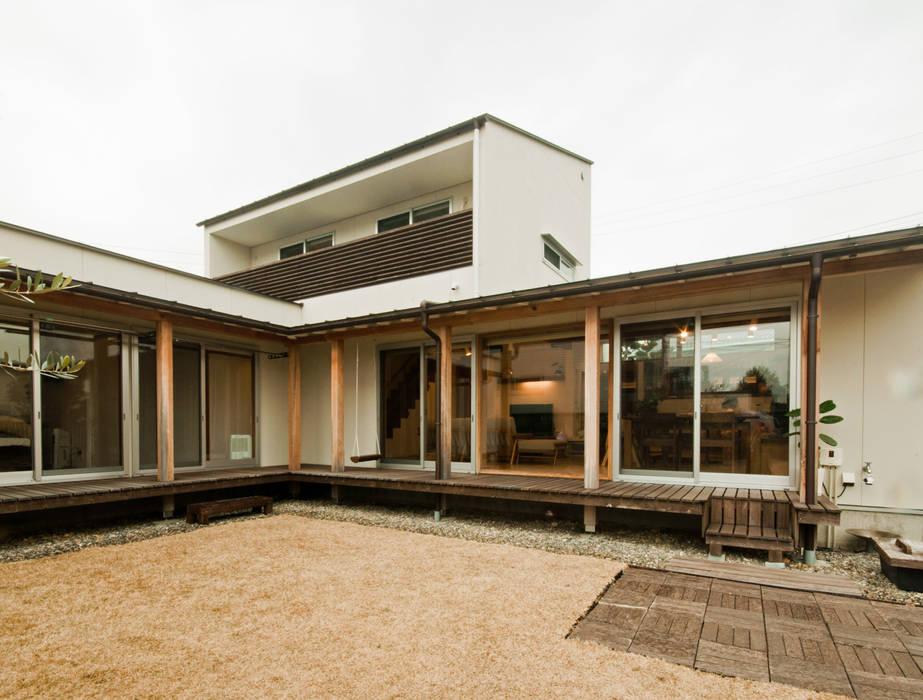 中庭からLDKを眺めます。 北欧風 家 の FrameWork設計事務所 北欧