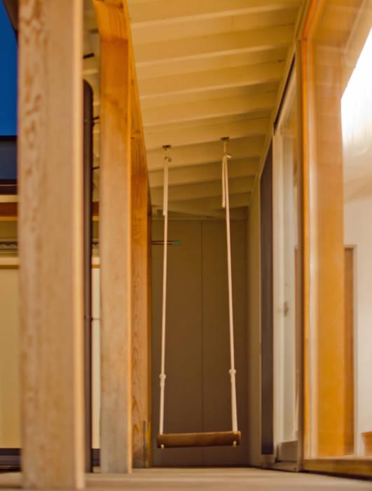 デッキには手作りのブランコがあります。 北欧デザインの テラス の FrameWork設計事務所 北欧