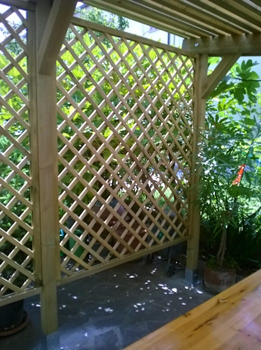Grigliato in legno per parete Pergola: Giardino in stile In stile Country di ONLYWOOD