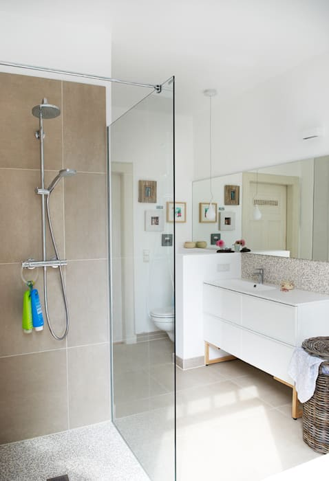 Leichtes, luftiges wohlfühlbad in sanften farben: badezimmer von ...