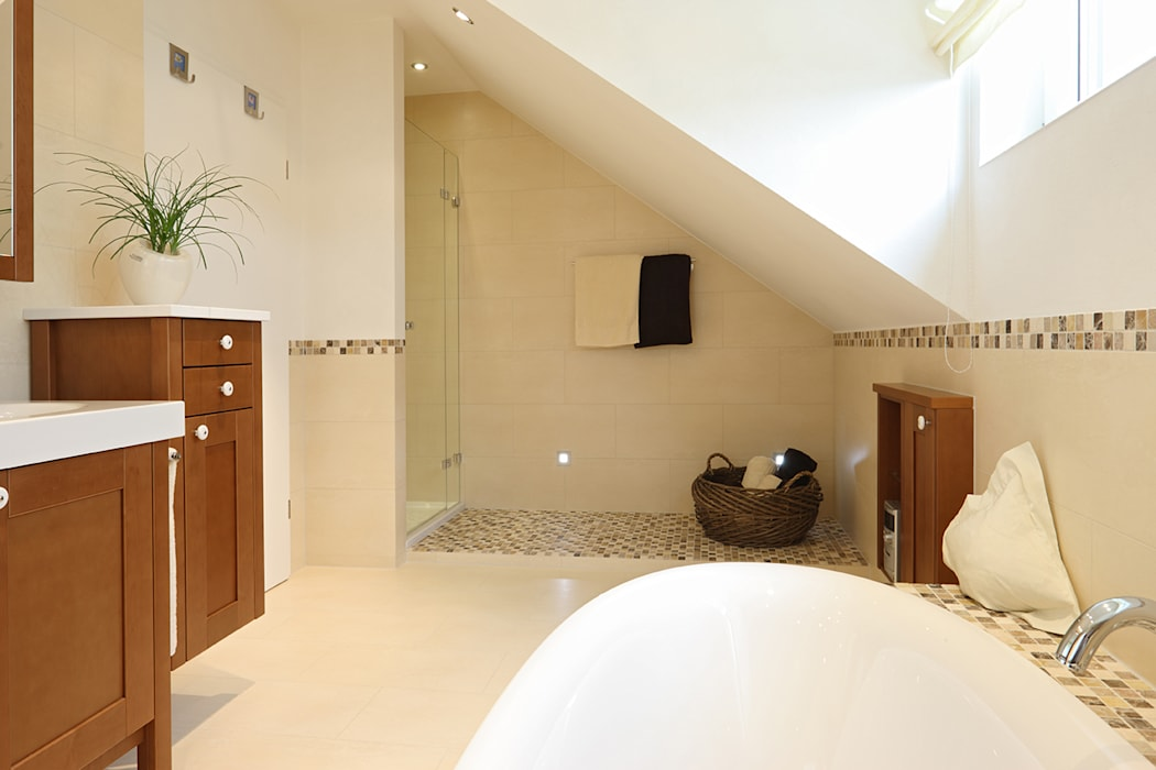 Bad im skandinavischen landhaus stil: skandinavische badezimmer von ...