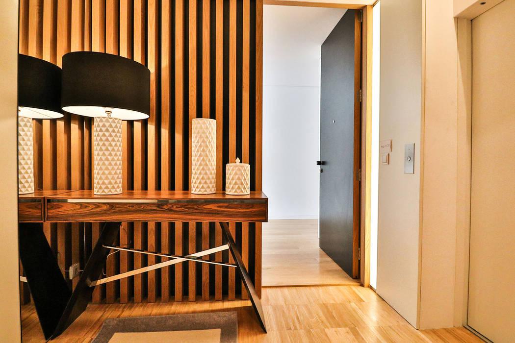 Modern corridor, hallway & stairs by Grupo HC Modern
