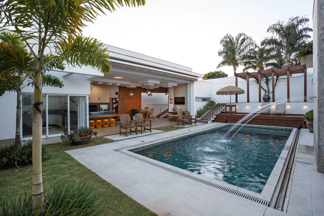 Casa Dr Italo: Piscinas  por Misael Cardoso Arquitetura