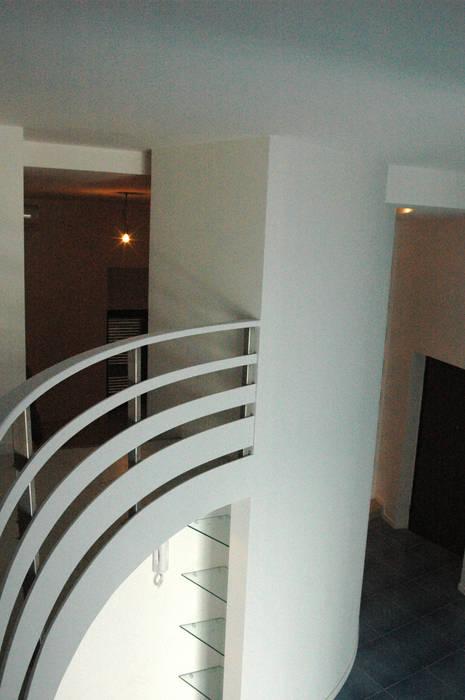 particolare  soppalco sul soggiorno: Spogliatoio in stile  di Pecoramelloarchitetti