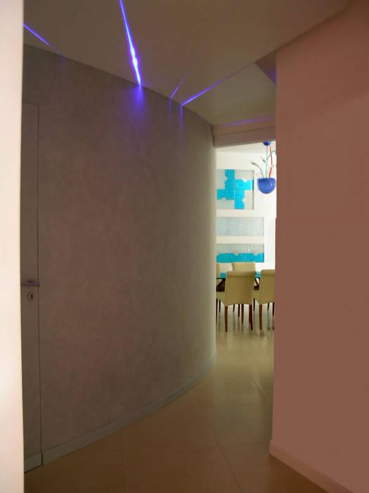 disimpegno: Ingresso & Corridoio in stile  di Pecoramelloarchitetti
