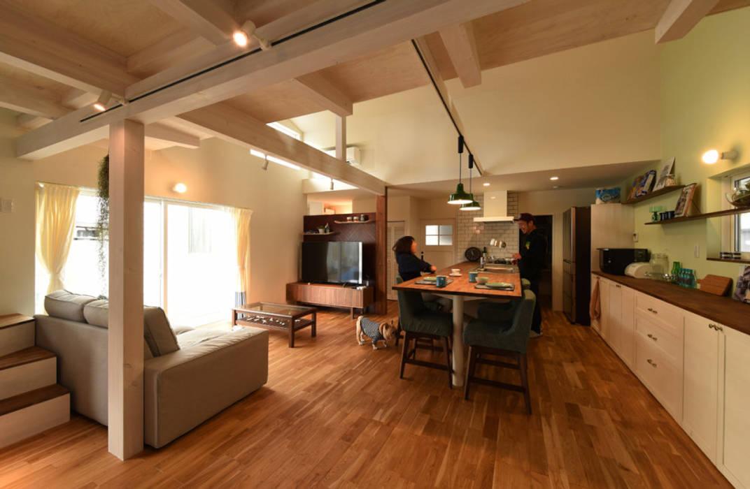 リビング土間からキッチンをみる: 加藤淳一級建築士事務所が手掛けたキッチンです。