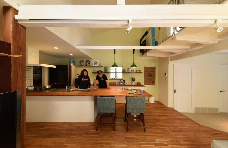 リビングからキッチンダイニングをみる オリジナルデザインの キッチン の 加藤淳一級建築士事務所 オリジナル
