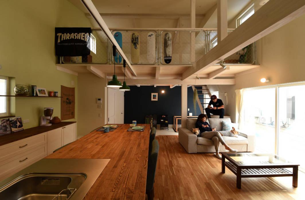 ロフトと一体となったLDK: 加藤淳一級建築士事務所が手掛けたリビングです。