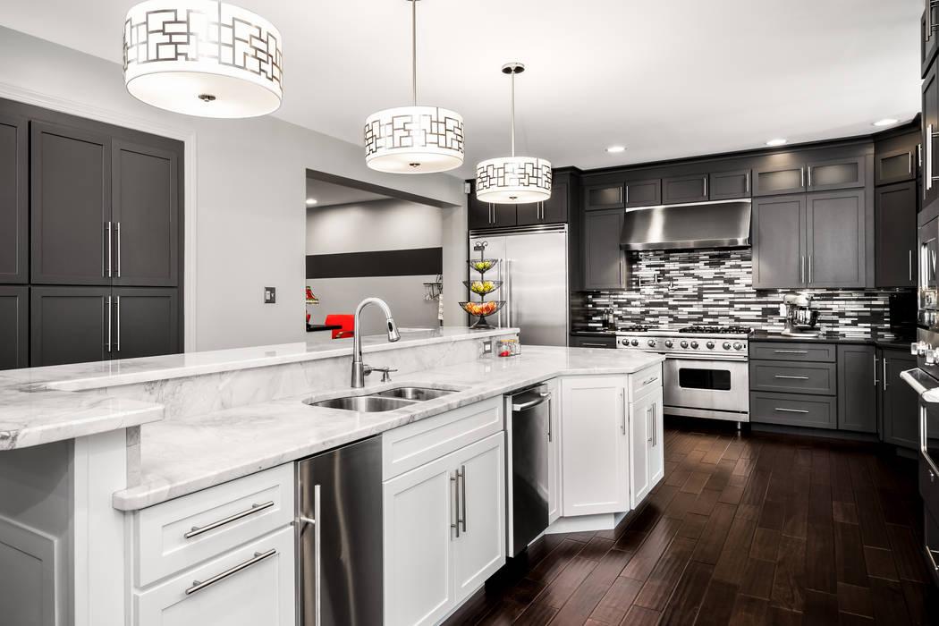 Main Line Kitchen Design Dapur Gaya Eklektik Kuarsa White