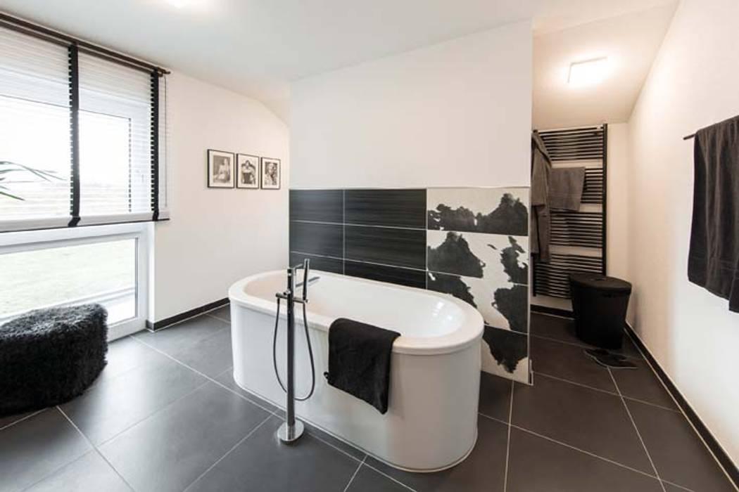 Ванные комнаты в . Автор – FingerHaus GmbH - Bauunternehmen in Frankenberg (Eder), Модерн