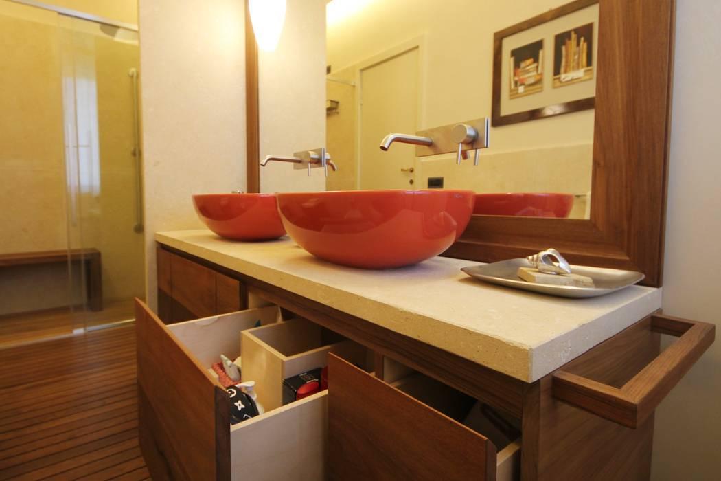 モダンスタイルの お風呂 の Falegnameria Ferrari モダン