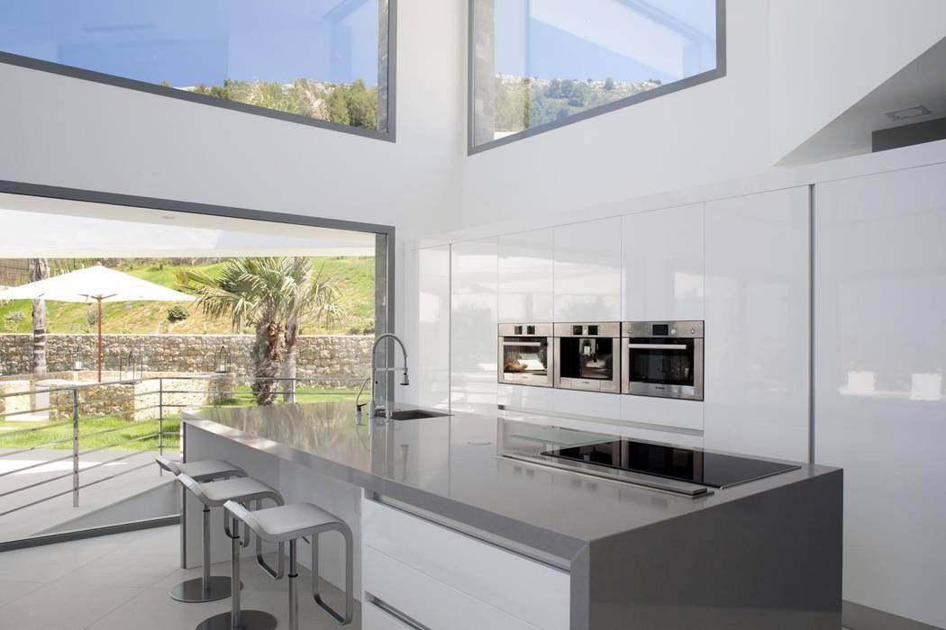 Cocina integrada en el salon Cocinas de estilo moderno de Miralbo Urbana S.L. Moderno