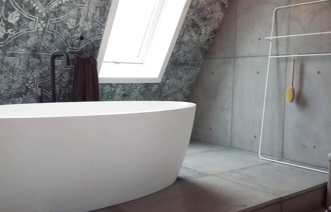 Wandpanelen en vloer van beton: industriële badkamer door ...