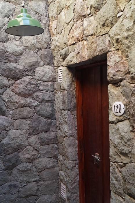 ingreso a cava Bodegas rústicas de Abitar arquitectura Rústico Piedra