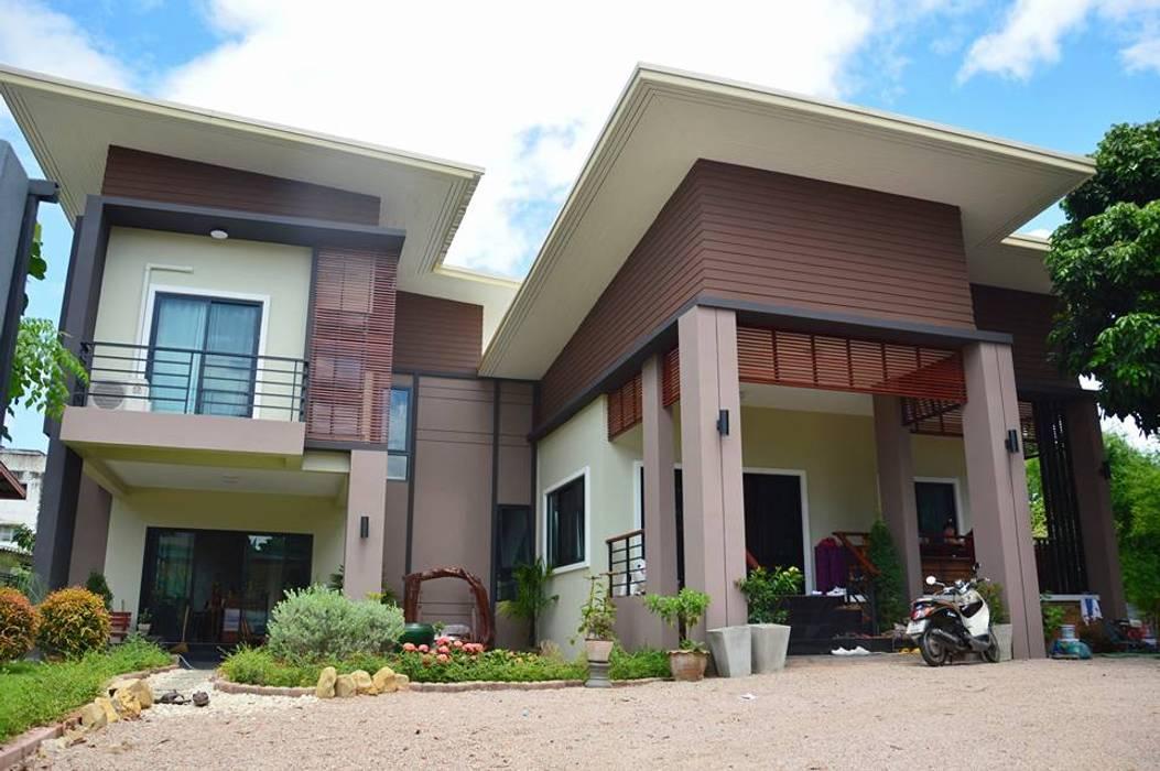 บ้านชั้นครึ่ง สไตล์โมเดิร์น:  บ้านและที่อยู่อาศัย โดย Add-con Architect,