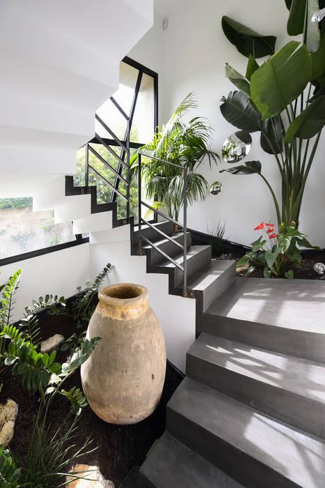 Mediterranean style corridor, hallway and stairs by Atelier Jean GOUZY Mediterranean