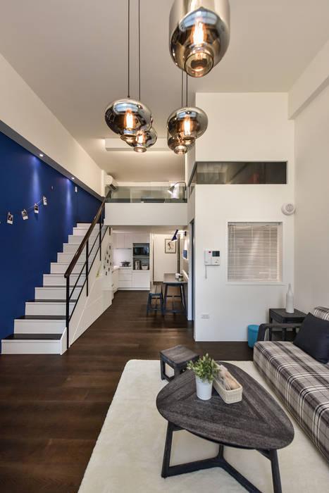 藍調搖擺:  客廳 by 存果空間設計有限公司
