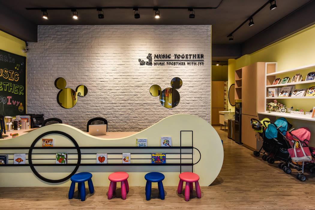 造型櫃台:  辦公室&店面 by 存果空間設計有限公司