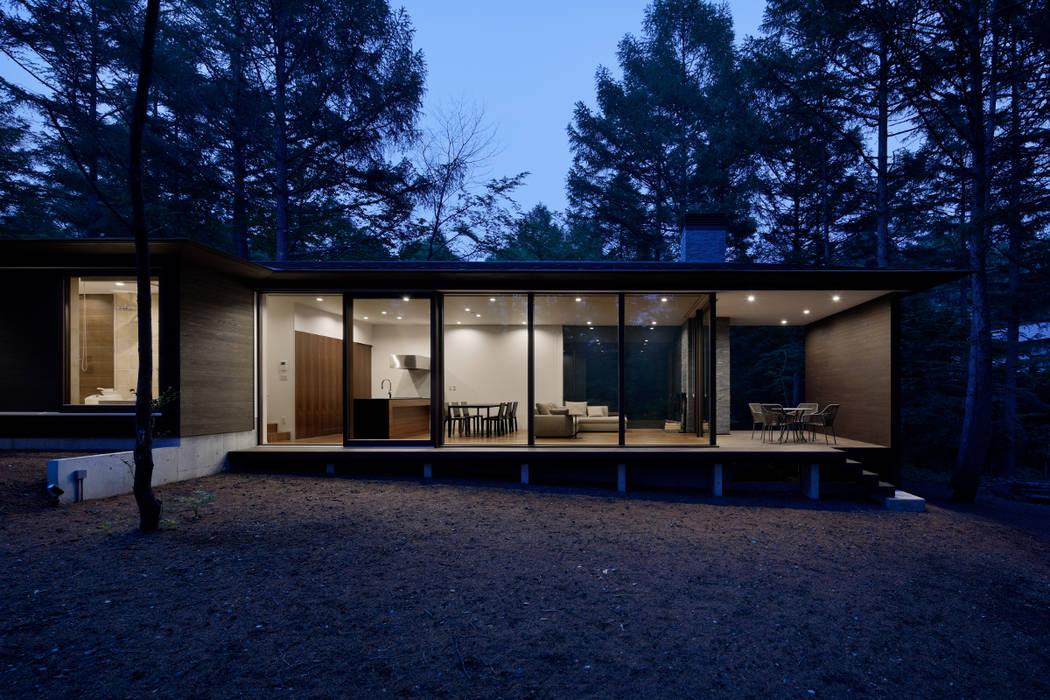 外観夕景: atelier137 ARCHITECTURAL DESIGN OFFICEが手掛けた家です。,