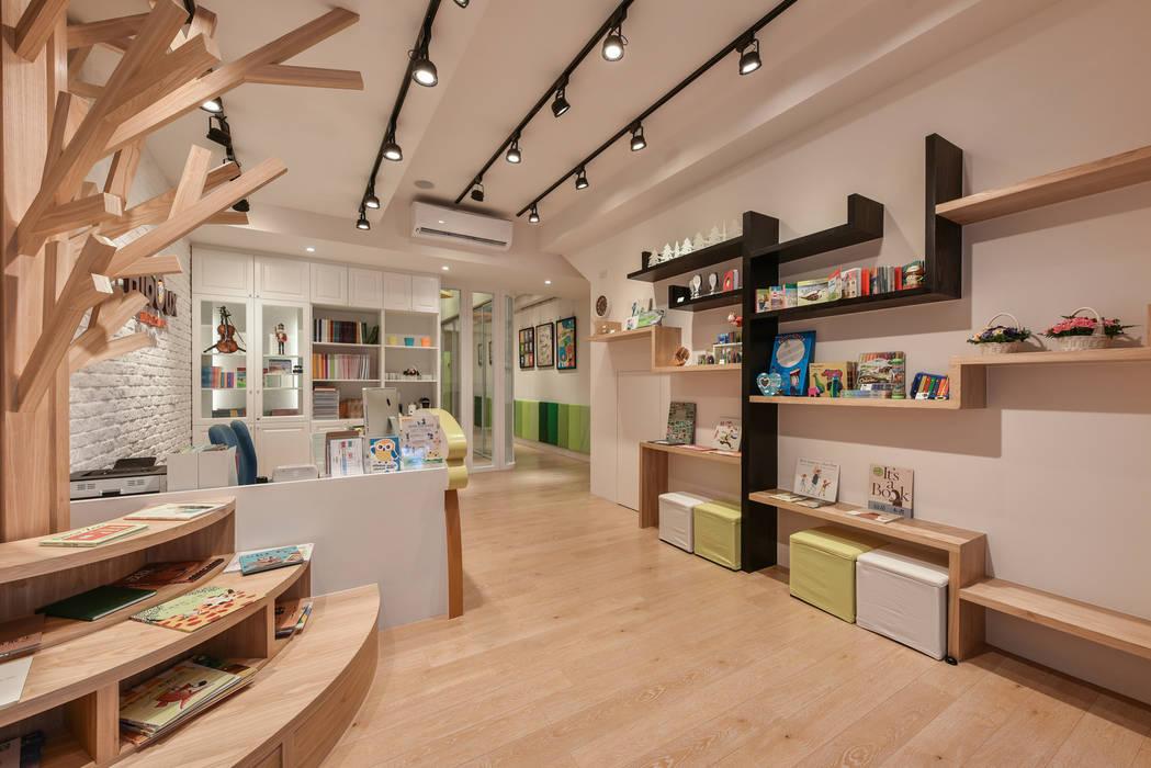 Oficinas y Tiendas de estilo  de 存果空間設計有限公司,