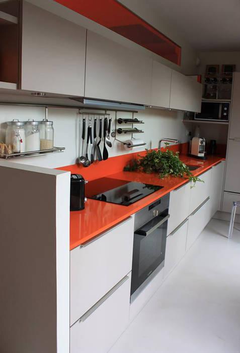 CUISINE du DUPLEX - Architecture interieure - PERROIN S - PLAN de travail en quartz: Cuisine de style  par Stephanie Perroin