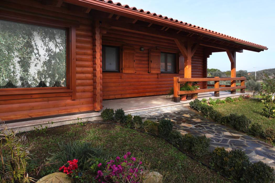 Chalets & maisons en bois de style  par Rusticasa,