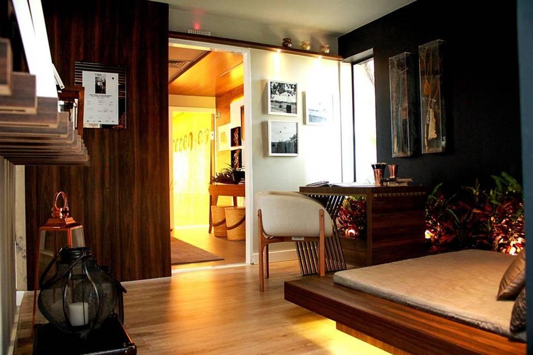 Pasillos, vestíbulos y escaleras modernos de Duna Arquitetura Moderno Madera Acabado en madera