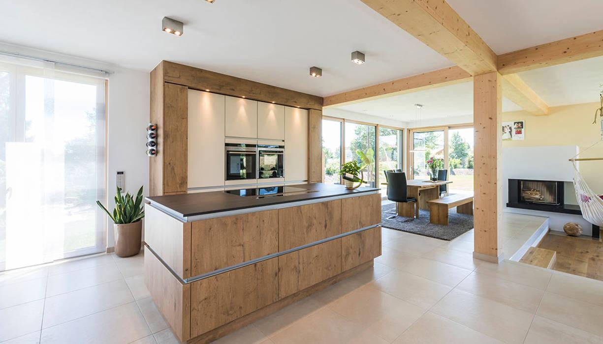 Küche mit kochinsel und essbereich moderne küchen von ...