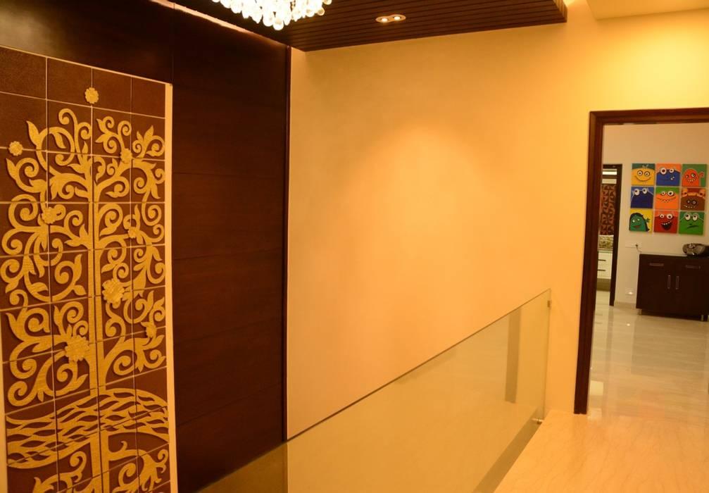 Hallway:  Corridor & hallway by VB Design Studio
