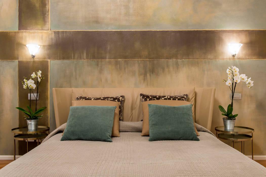 Dettaglio del letto e del murales retro testata: camera da letto in ...