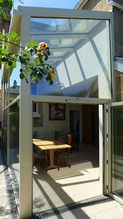 Kitchen diner in glass side return extension.:  Conservatory by Style Within