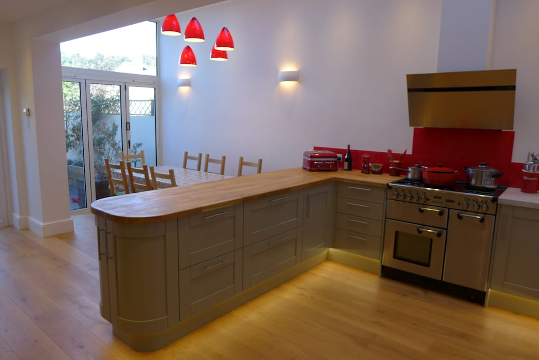 Kitchen diner in side return extension.:  Kitchen by Style Within