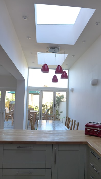Kitchen diner in side return extension.:  Skylights by Style Within