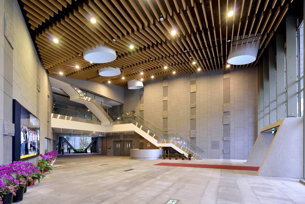 引入自然通風採光,鼓勵步行上樓的入口大廳。:  走廊 & 玄關 by 綠野國際建築師事務所