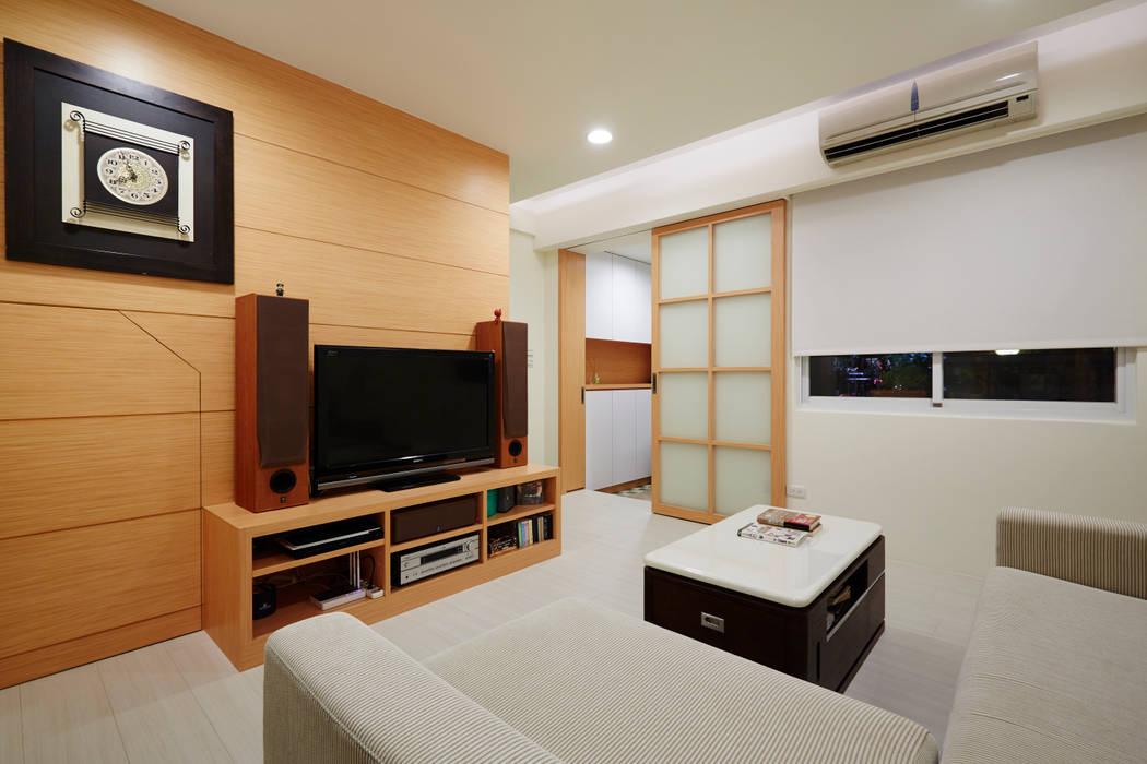 因為喜歡木頭溫潤的質感,所以電視櫃只有簡單的單一色系:  客廳 by 弘悅國際室內裝修有限公司,