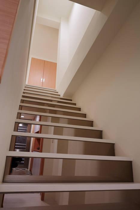 用鏡面減少樓梯的厚度也放大空間的尺度:  走廊 & 玄關 by 弘悅國際室內裝修有限公司,