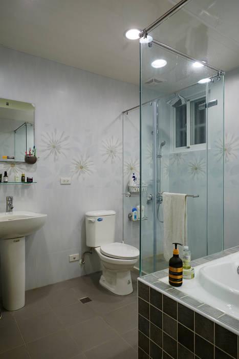 特意做大的浴室是父母陪伴孩子一同成長的最佳空間:  浴室 by 弘悅國際室內裝修有限公司,