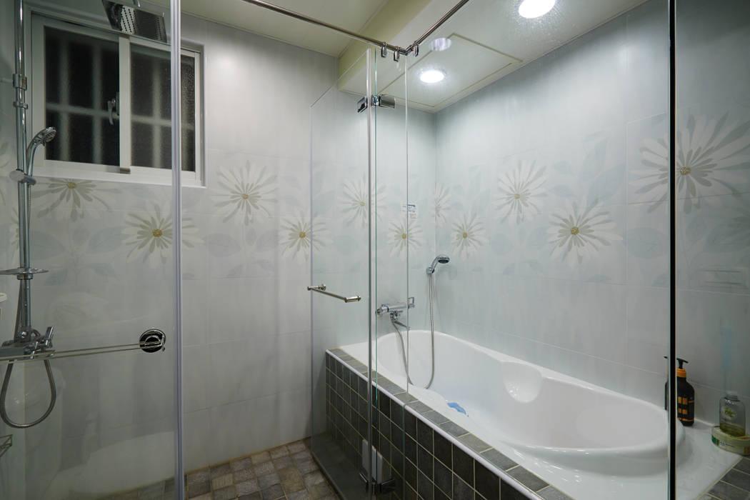 浴缸的入口方向必須要注意,安全很重要:  浴室 by 弘悅國際室內裝修有限公司,