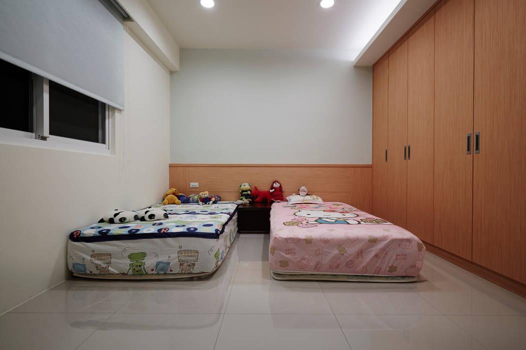 簡單的收納,重點是保留寬闊的活動空間:  嬰兒房/兒童房 by 弘悅國際室內裝修有限公司,