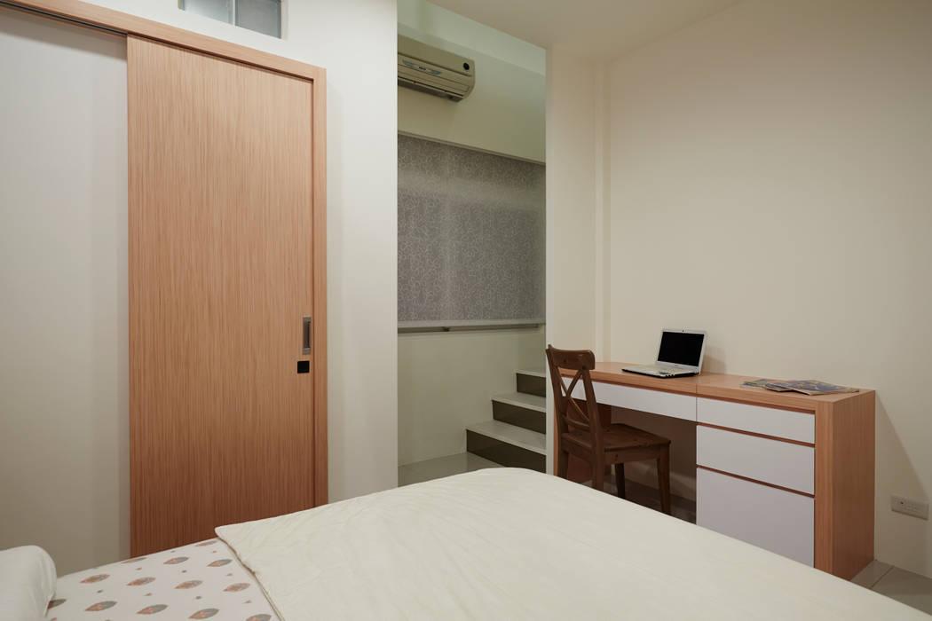 專屬男主人的私密空間即將現形,在作息時間不相同的同時能互不相干擾的空間:  臥室 by 弘悅國際室內裝修有限公司,