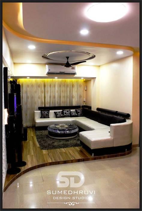 Raised Floor Informal Sofa Seating Area: Modern Living Room By SUMEDHRUVI  DESIGN STUDIO