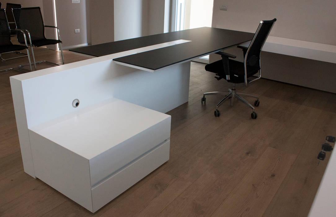 scrivania direzionale: Studio in stile in stile Minimalista di Giemmecontract srl.
