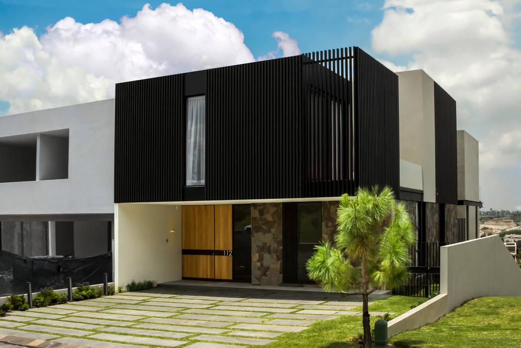 Fachada Principal: Casas de estilo  por deFORMA estudio creativo,