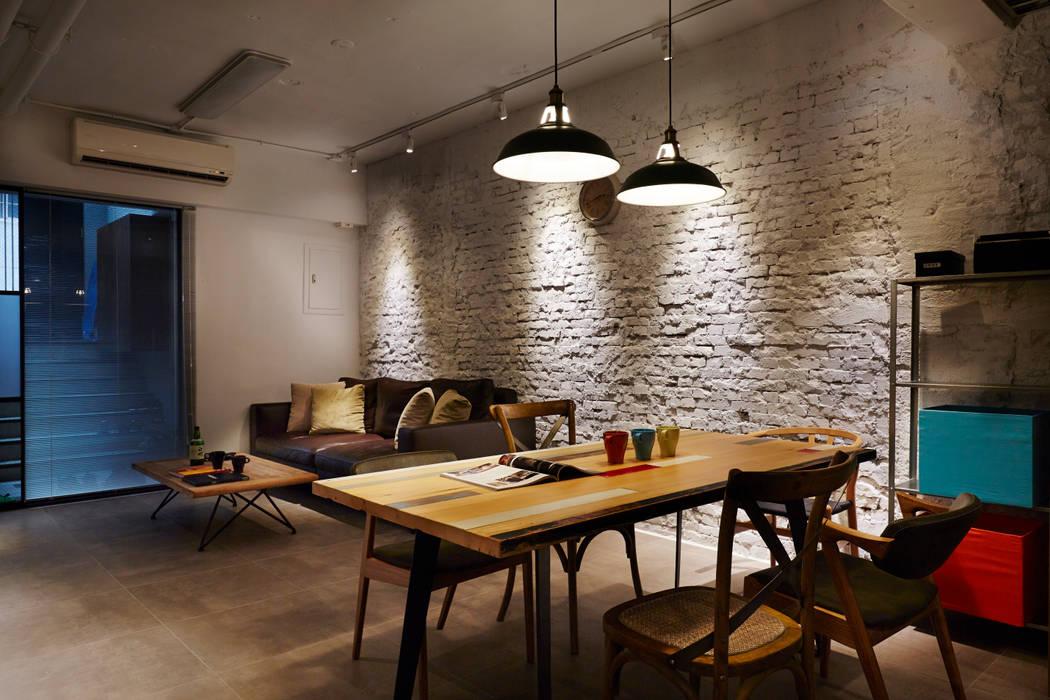 淺灰色仿水泥紋地磚讓空間四平八穩,更重要的是凸顯白色磚牆的陰暗與光影 Industrial style walls & floors by 弘悅國際室內裝修有限公司 Industrial Tiles