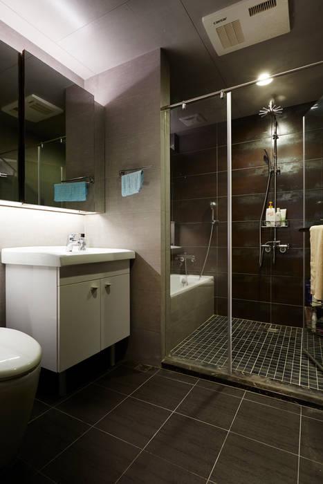 改建過後的衛浴足夠二人使用,與其兩個過小的衛浴設施不如一次豪邁地享受空間 Industrial style bathroom by 弘悅國際室內裝修有限公司 Industrial Tiles